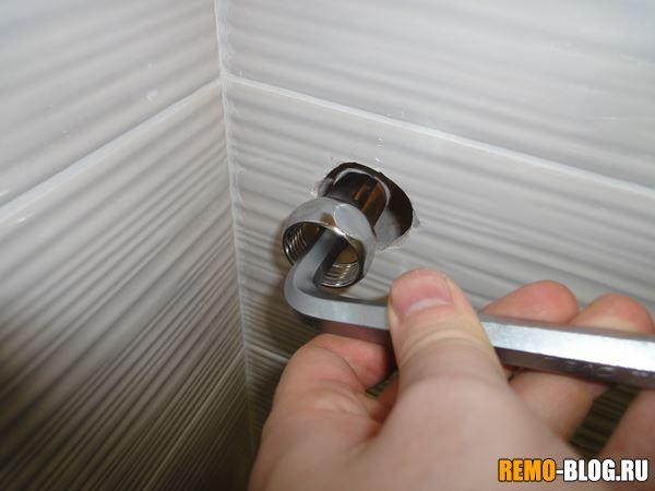 затягиваем ключом на 12 мм