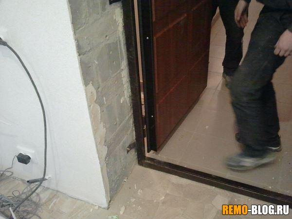вешаем дверь