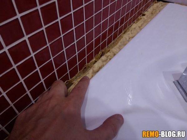 промежуток между стеной и ванной